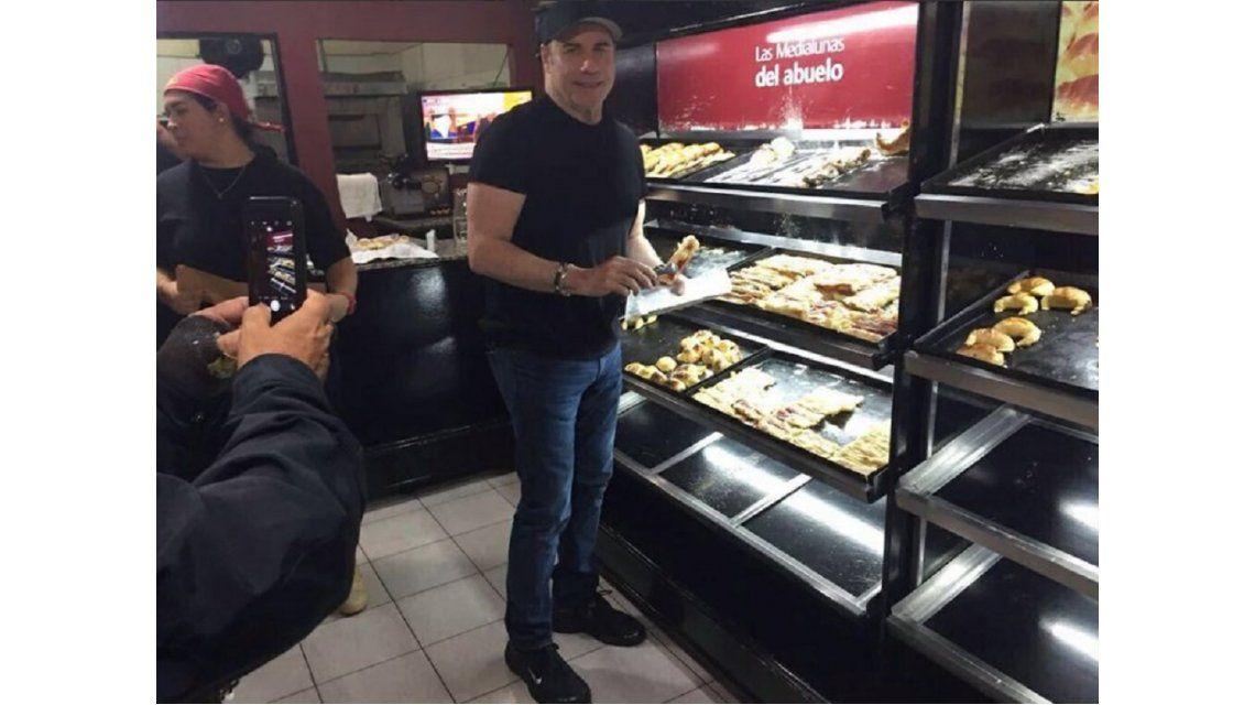 John Travolta de paseo por Argentina, aprovechó para comer facturas