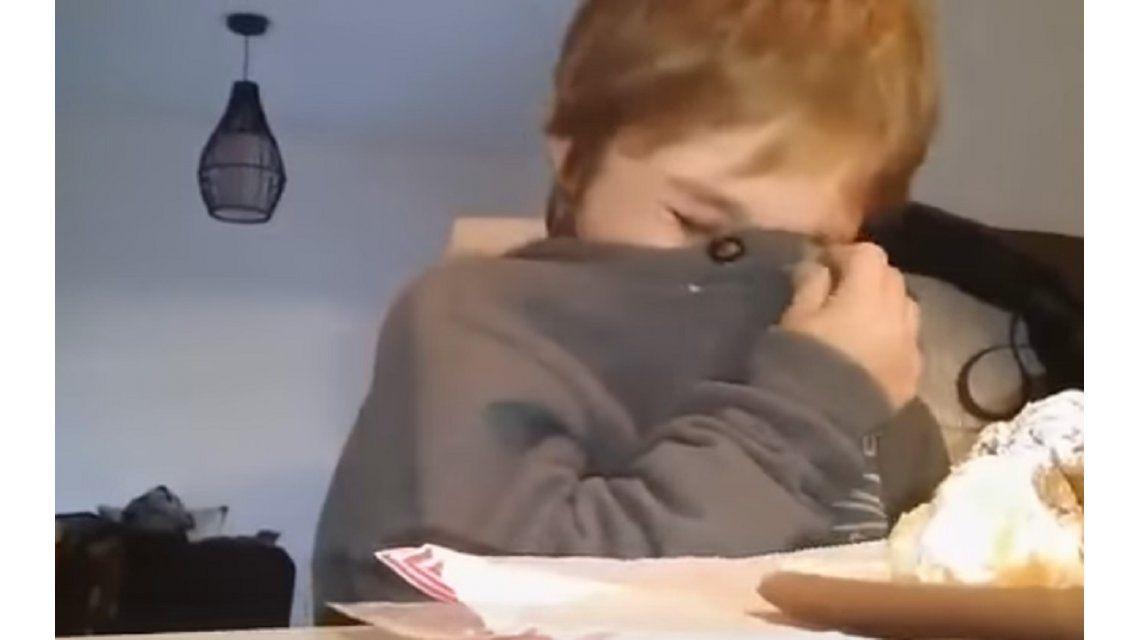 Conmovedor: un nene rompe en llanto por la posible partida de Bou de Racing