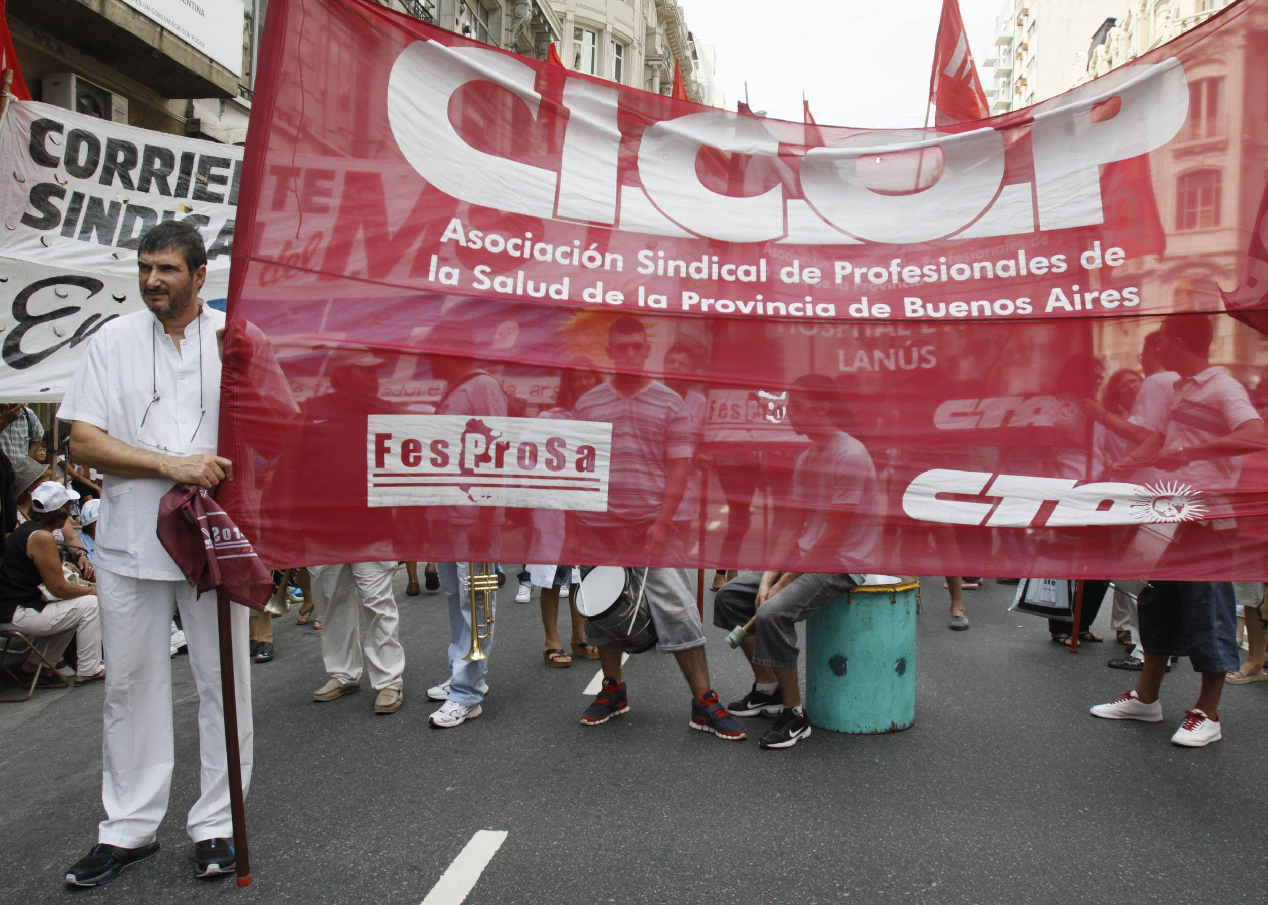 Médicos bonaerenses instalan un hospital de campaña frente al Congreso