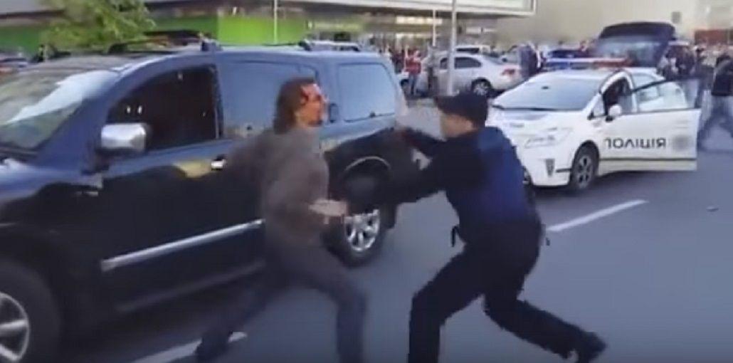 Un ex campeón olímpico, a las piñas con la policía en plena calle