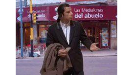 Travolta comió facturas en Castelar y llegaron los memes