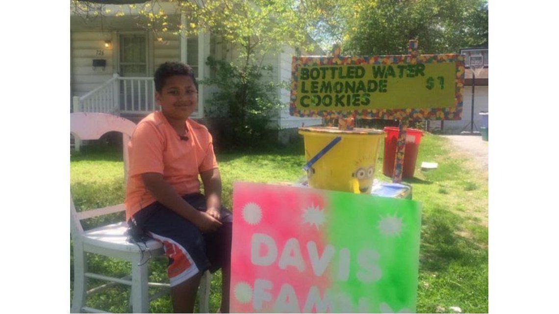 Un niño vende limonada y galletas para pagar su adopción