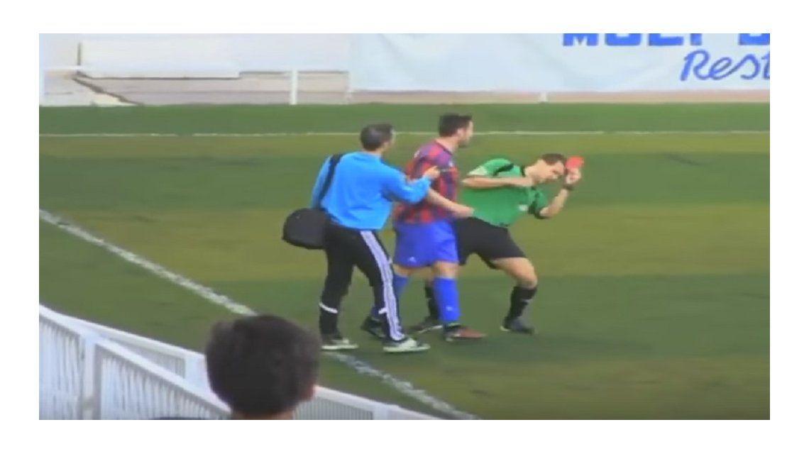 Un jugador español se indignó con un fallo y cabeceó al árbitro