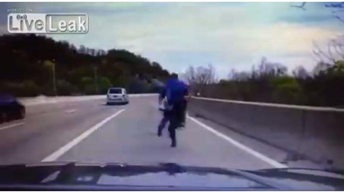 VIDEO: Un policía le salva la vida a un suicida tacleándolo