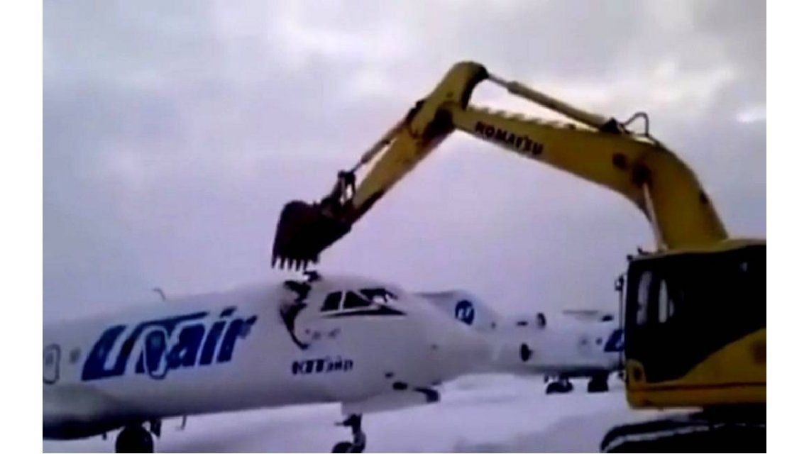 VIDEO: Lo echaron y en venganza destrozó un avión con una excavadora