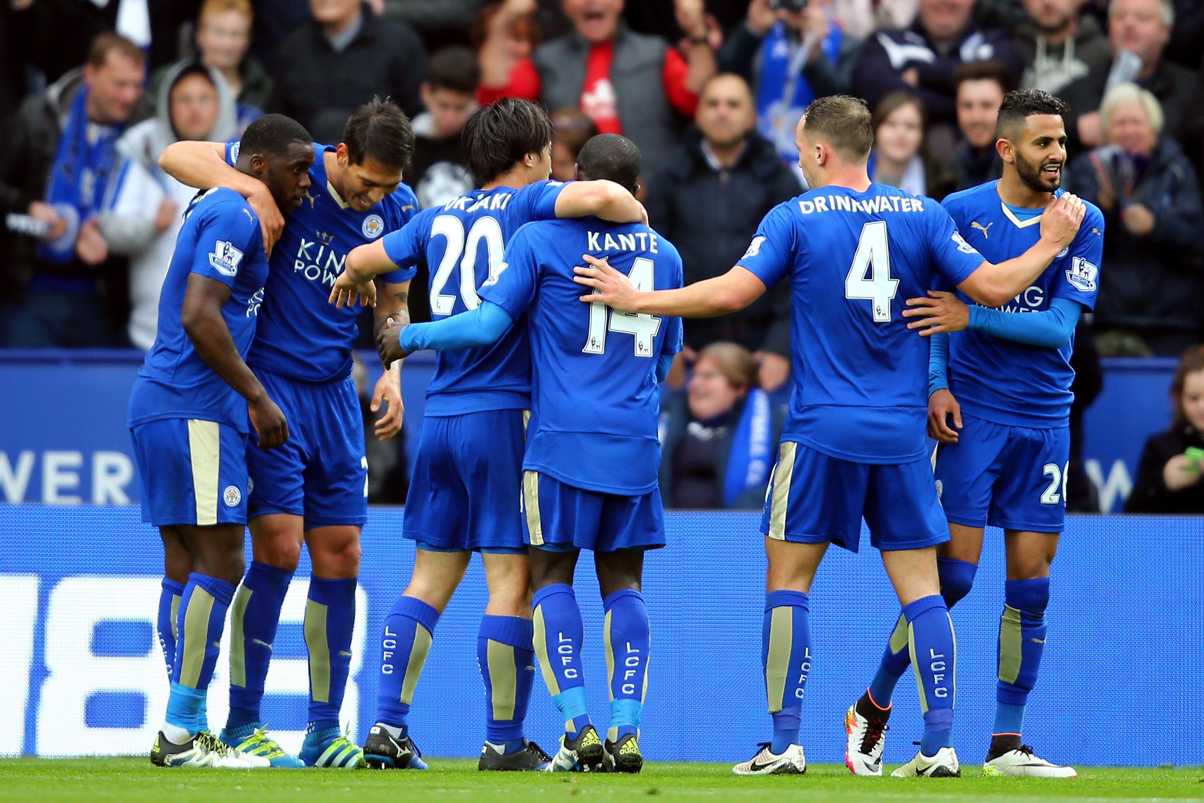 Con dos de Ulloa, Leicester goleó y se encamina a hacer historia