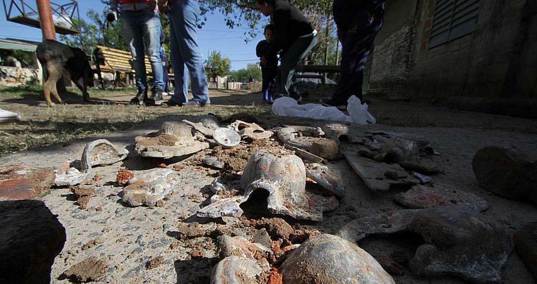 Macabro: encuentran restos de ataúdes y huesos en una calle de Santa Fe