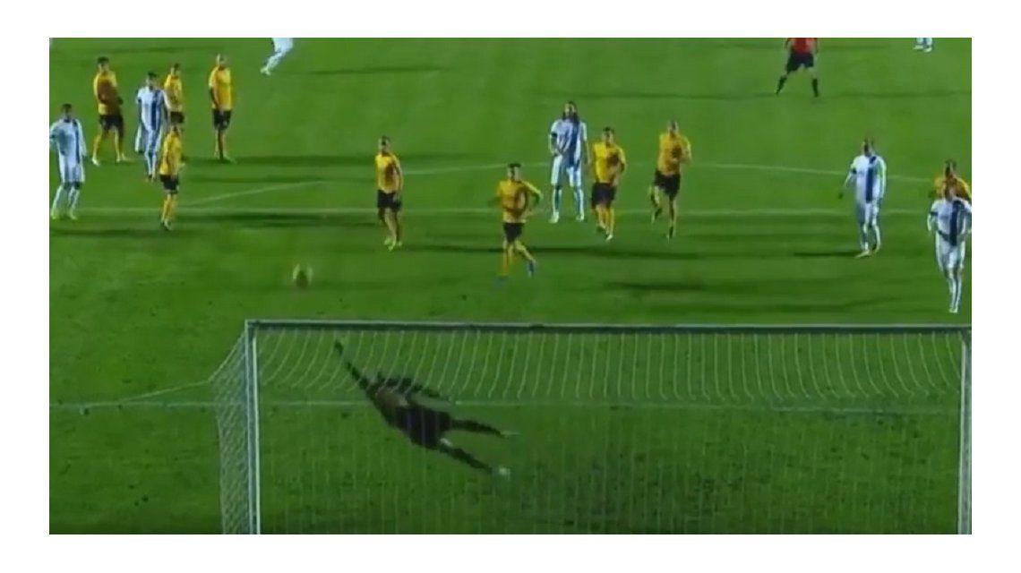 Impresionante golazo: a lo Roberto Carlos, la colgó de un ángulo en un tiro libre