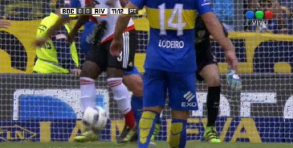 Inentendible: Pablo Pérez pegó una patada sin pelota y fue expulsado