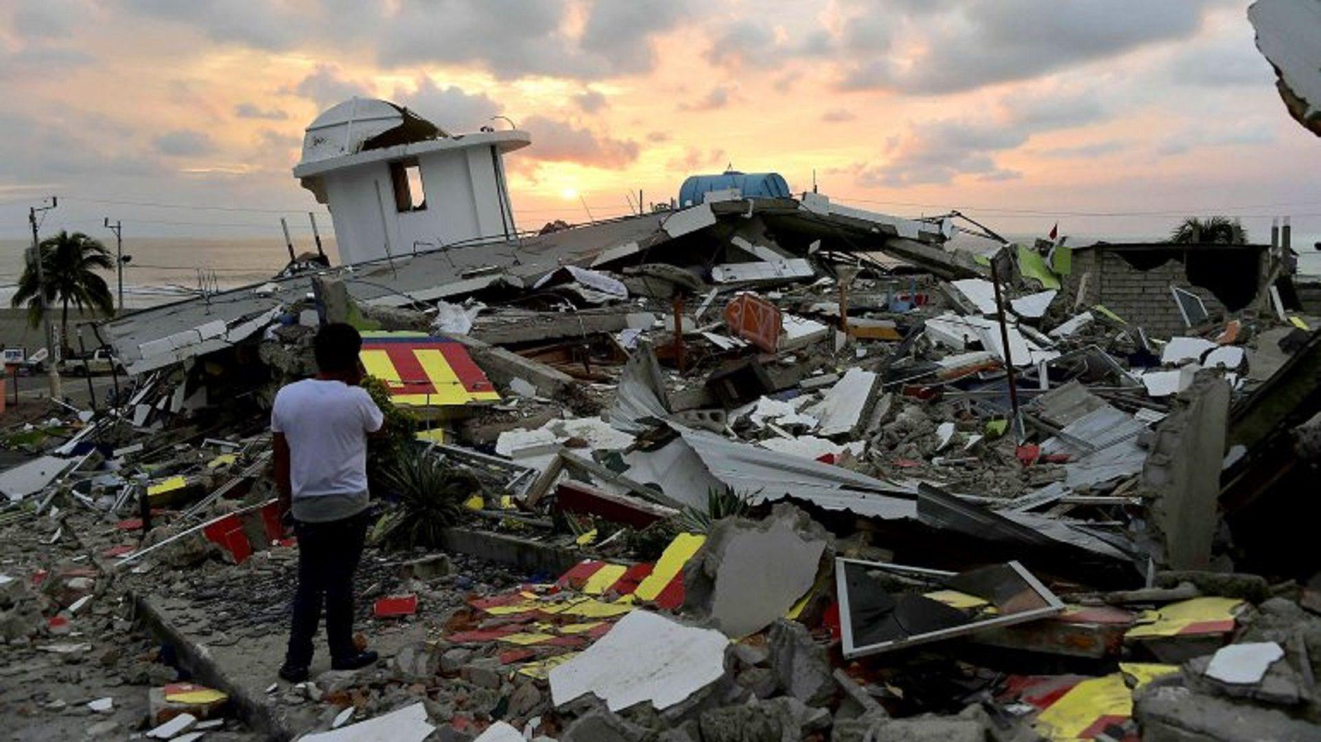Intensa búsqueda de 15 argentinos en Ecuador tras el fuerte terremoto