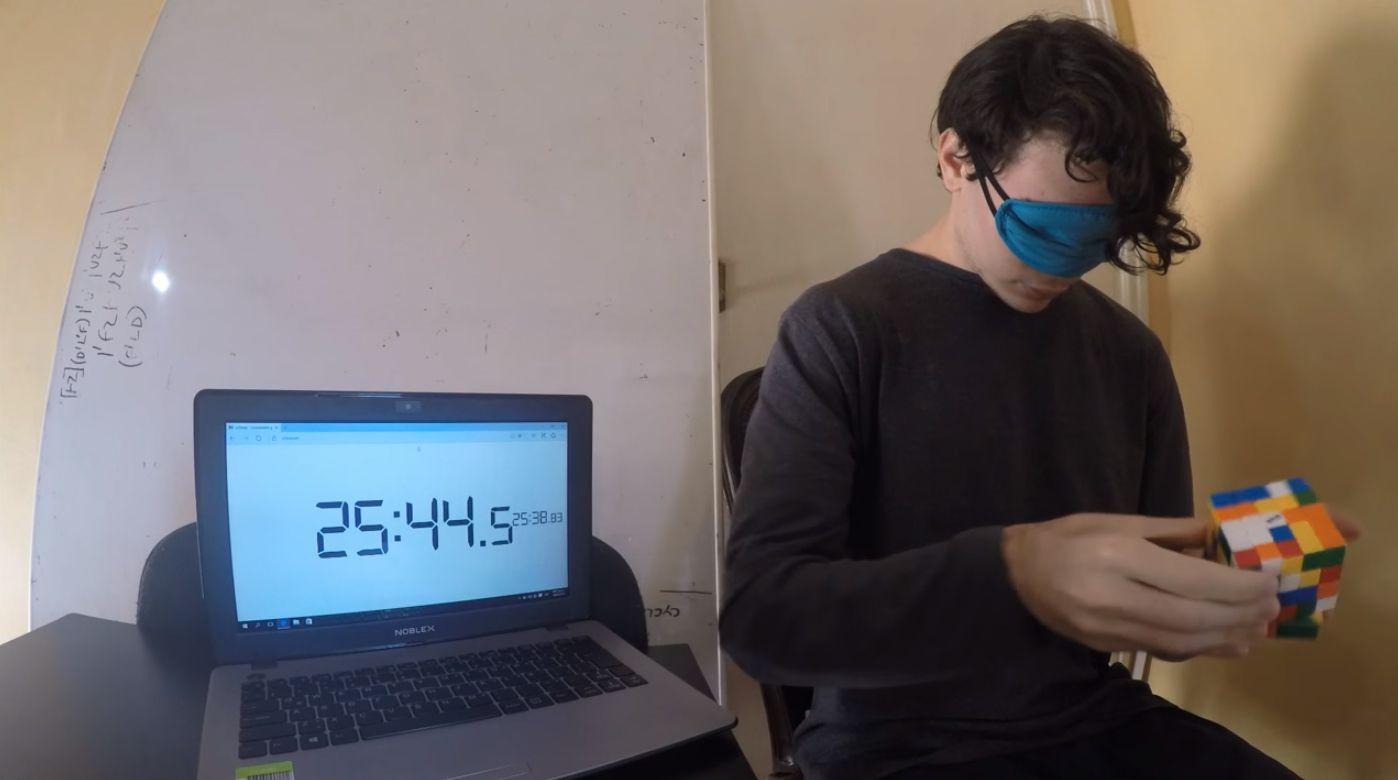 Conocé al joven argentino que resuelve el cubo mágico en 10 segundos y a ciegas