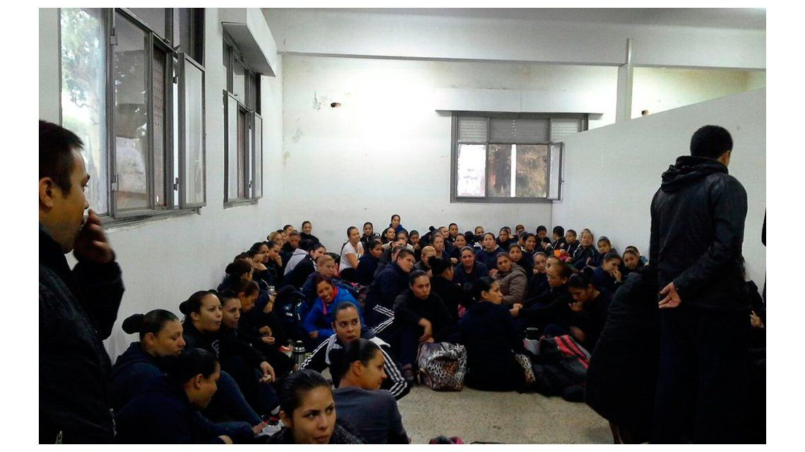 Aspirantes de la Policía Local de Quilmes estudian hacinados y en el piso