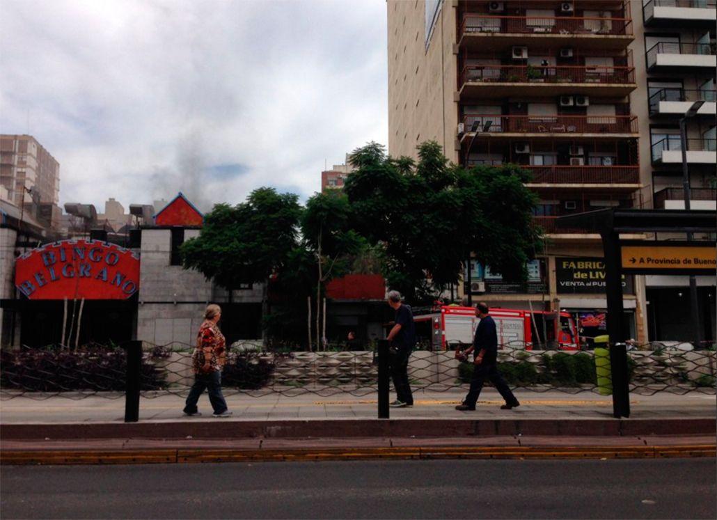 Bomberos combaten un incendio en el Bingo de Belgrano