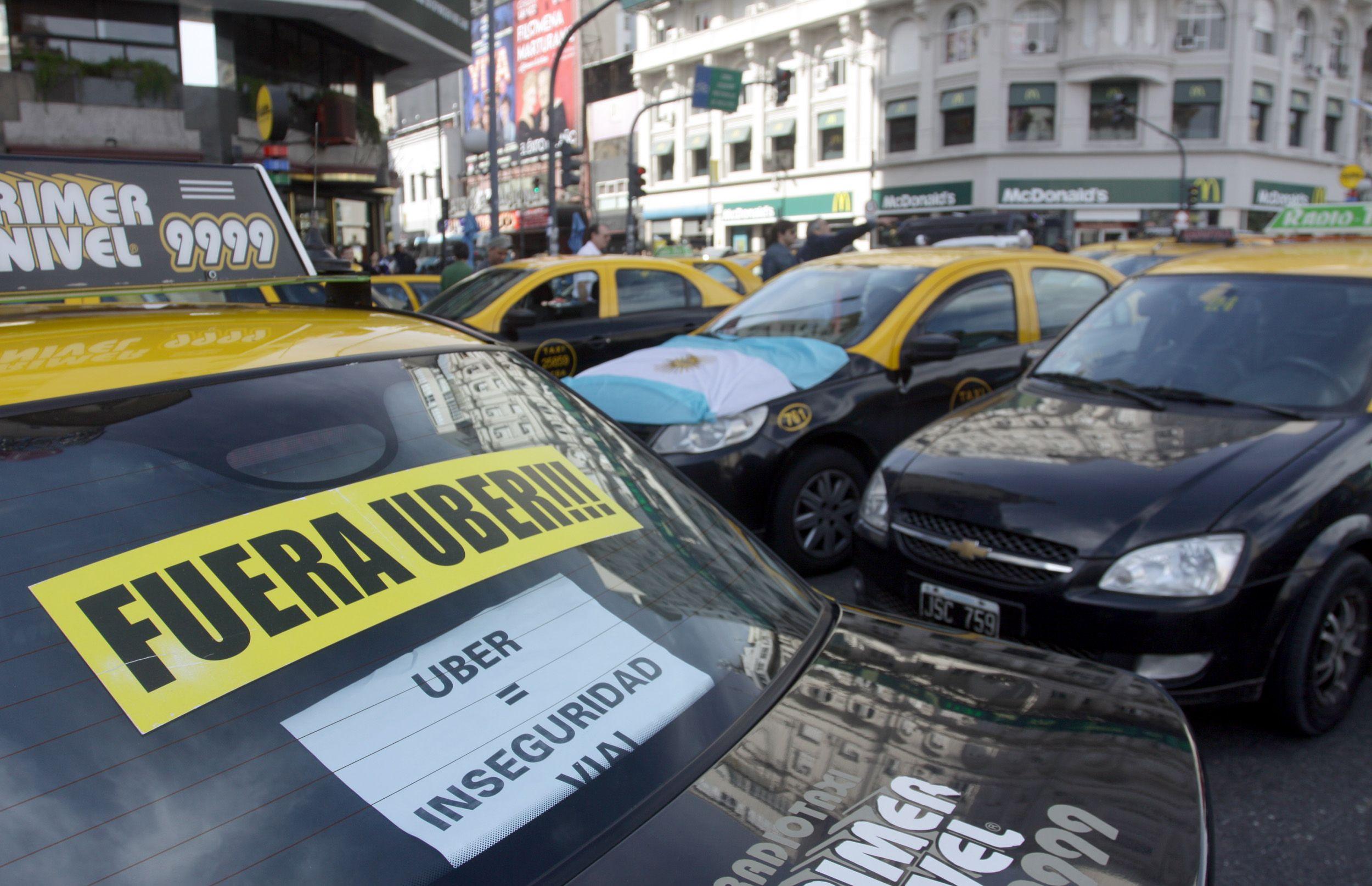 Caos en la Ciudad: taxistas vuelven a cortar calles en protesta contra Uber
