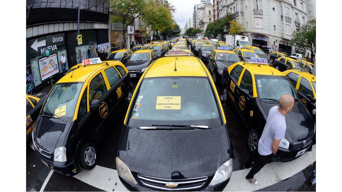 Uber desafía a los taxistas y ofrece viajes gratis hasta el próximo miércoles