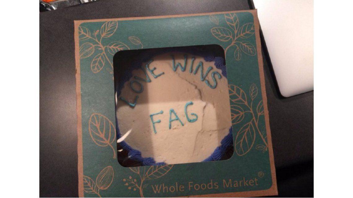 Pidió una torta con un mensaje en un supermercado y lo discriminaron