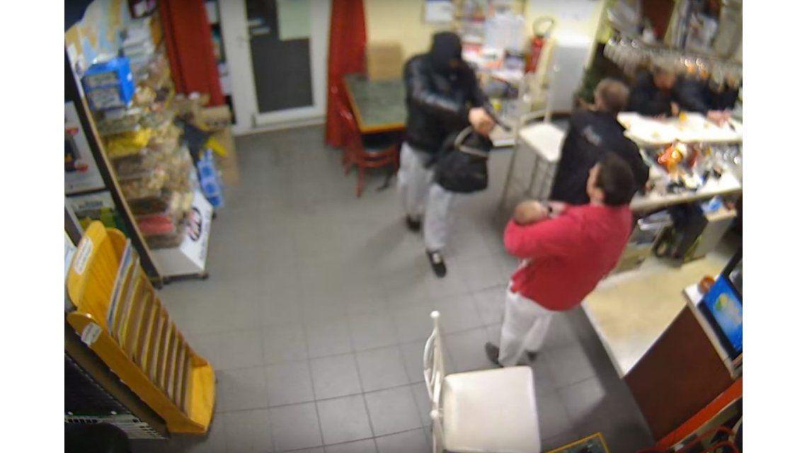 VIDEO: Entró a robar armado y una madre con su bebé en brazos lo sacó a las piñas