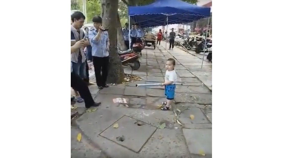 VIDEO: Un nene defiende a su abuela mantera con un palo