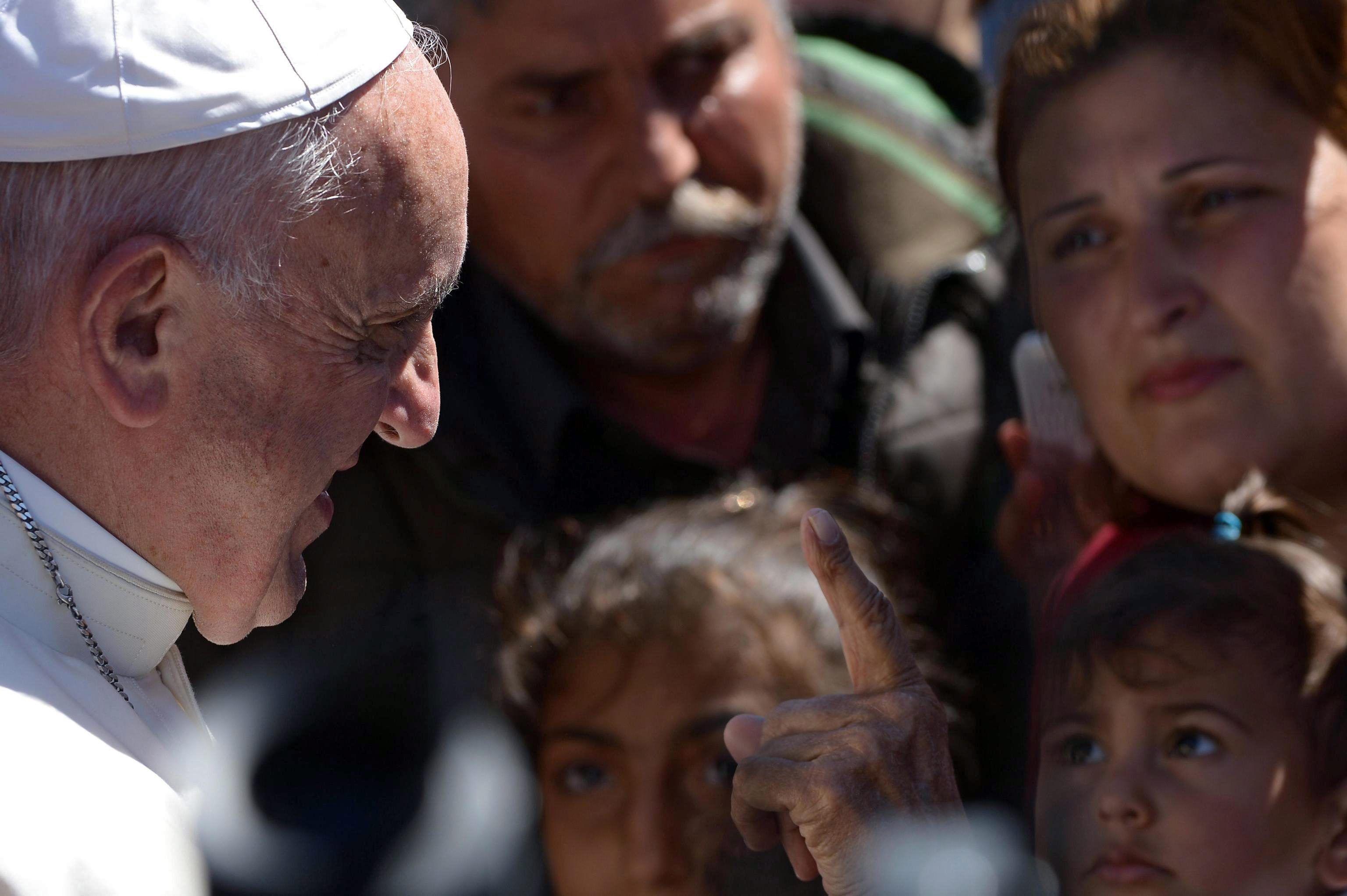 El Papa dijo que la palabra y el ejemplo van juntos tras regresar al Vaticano con 12 refugiados