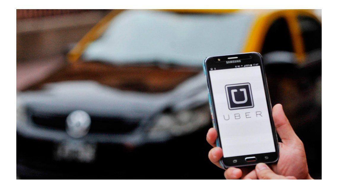Taxistas lo identificaron como chofer de Uber y terminó en la comisaría