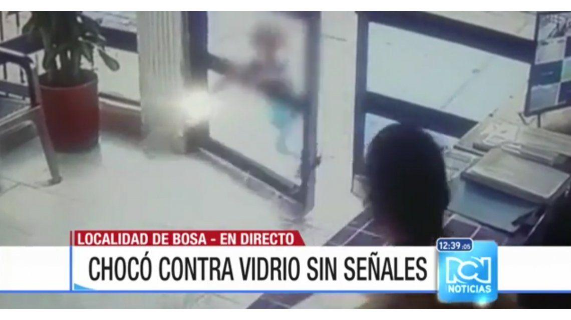 VIDEO: Mirá el impactante golpe de un chico contra una puerta de vidrio