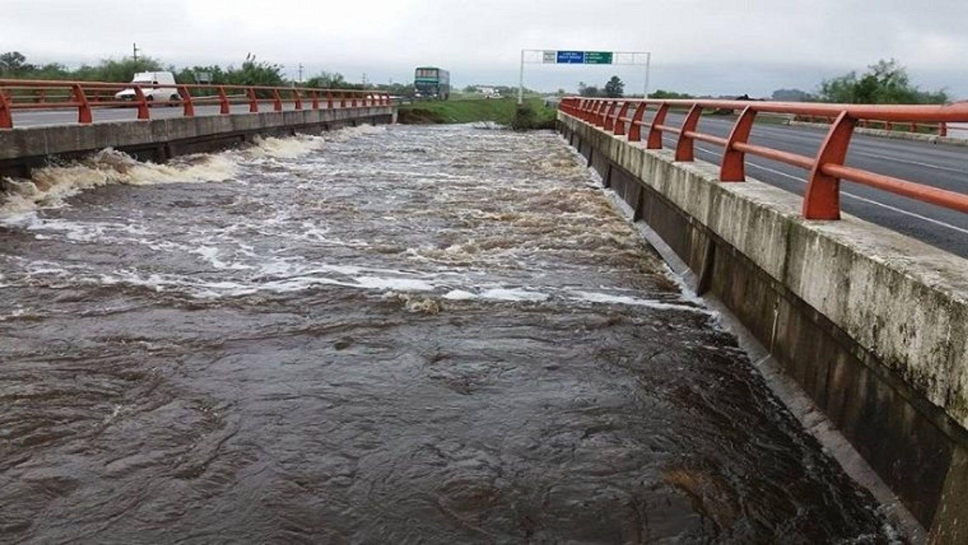 El temporal provocó el desborde de la autopista que une Rosario y Santa Fe