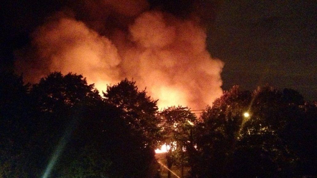 Se incendia un depósito de camiones en Caseros
