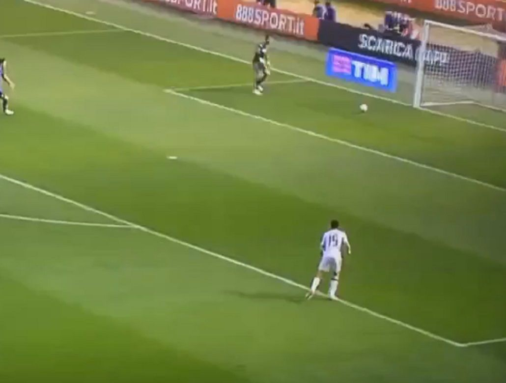 ¿Qué quiso hacer? Mirá el gol en contra más insólito en la Liga italiana