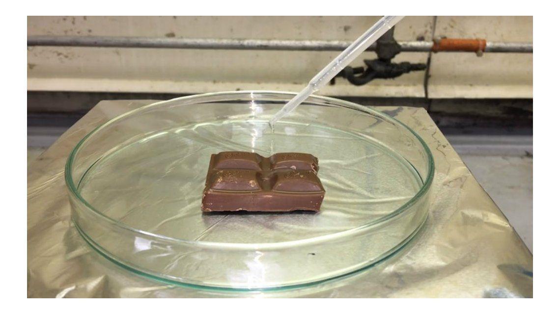 Bañaron una barra de chocolate con superácido y esto fue lo que pasó