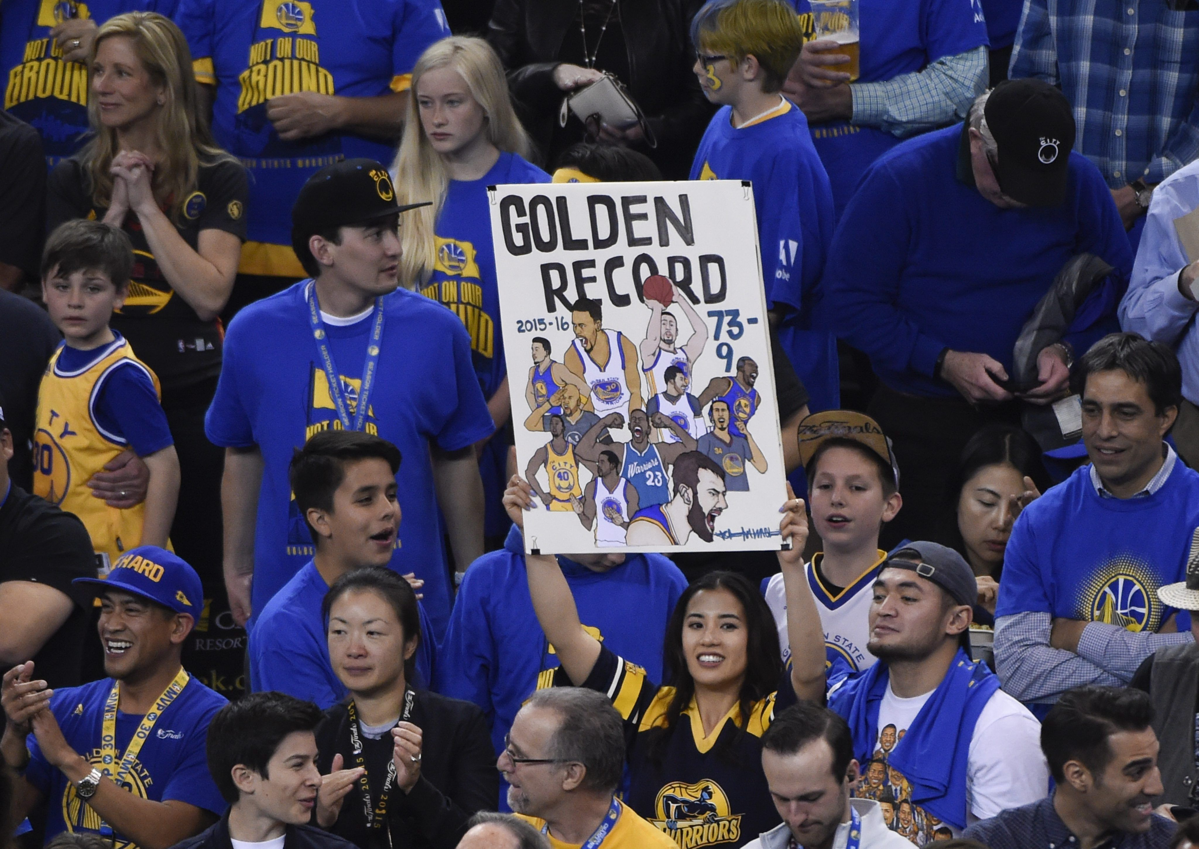 Con un genial Curry, Golden State rompió la marca histórica de los Bulls en la fase regular
