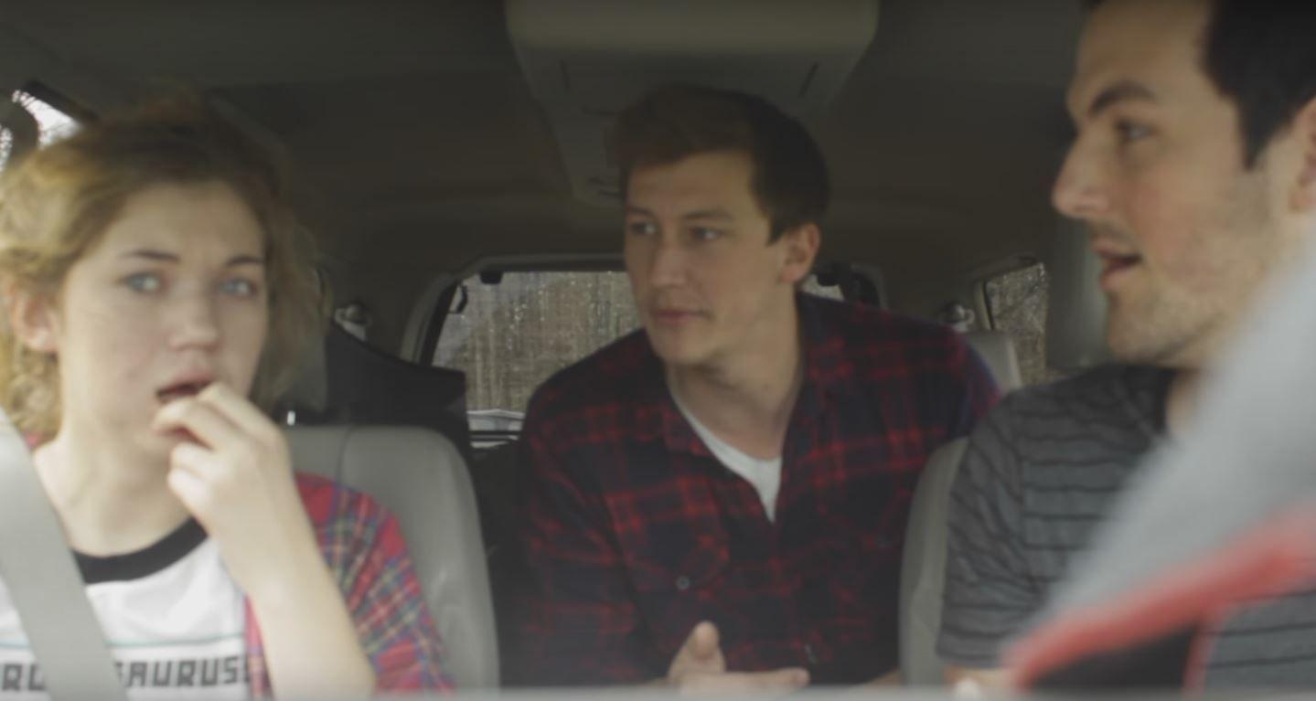 Mucho Walking Dead: los hermanos la convencen de que hay un apocalipsis zombie