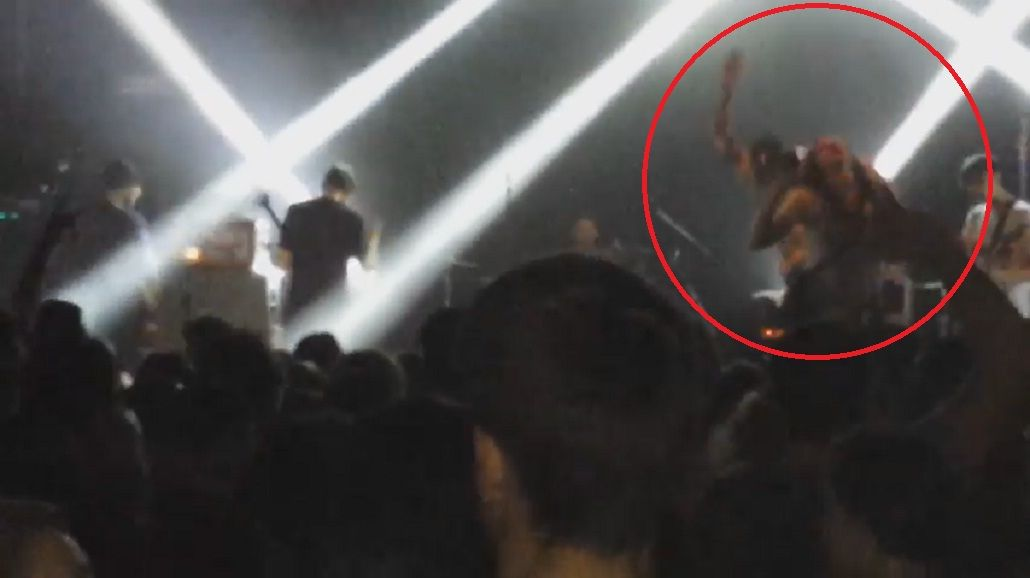 Se subió al escenario para sacarse una selfie y el cantante de la banda la pateó