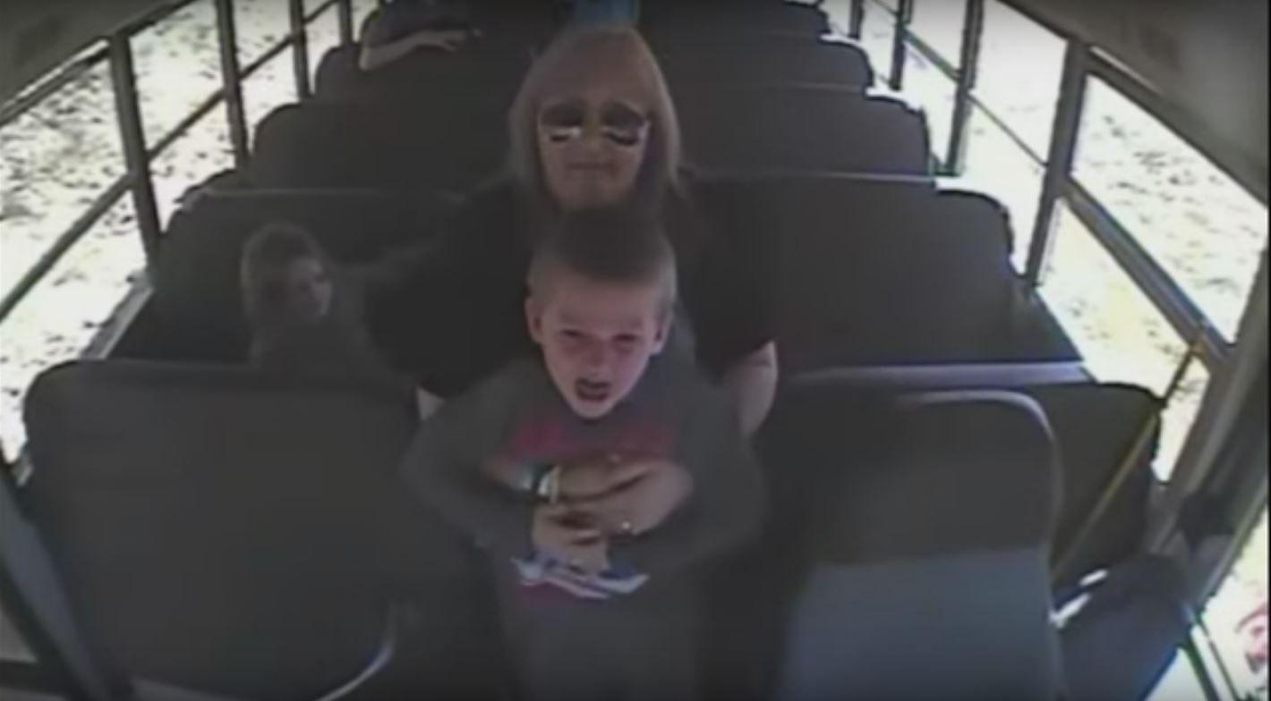 VIDEO: Un nene se atragantaba con una moneda y lo salvó la conductora del colectivo