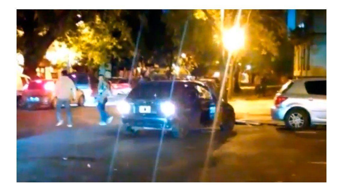 Descontrol en la noche platense: discutió, intentó atropellar a dos personas y huyó