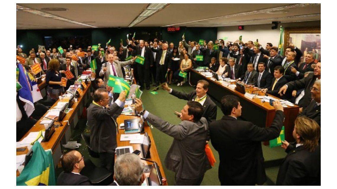 El juicio político a Rousseff avanza y va al pleno de la Cámara baja