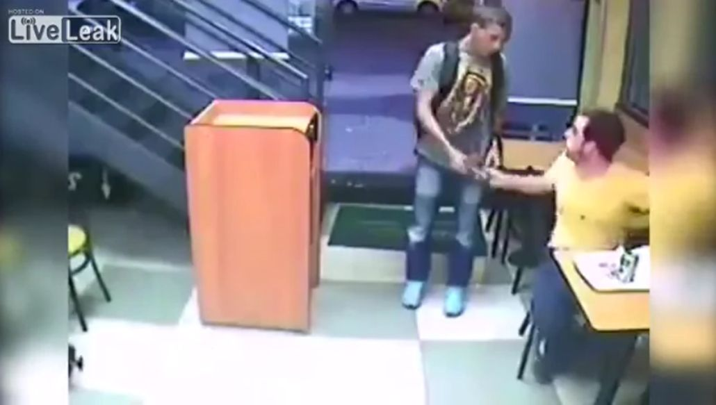La comida ante todo: mirá la increíble reacción de un joven durante un robo