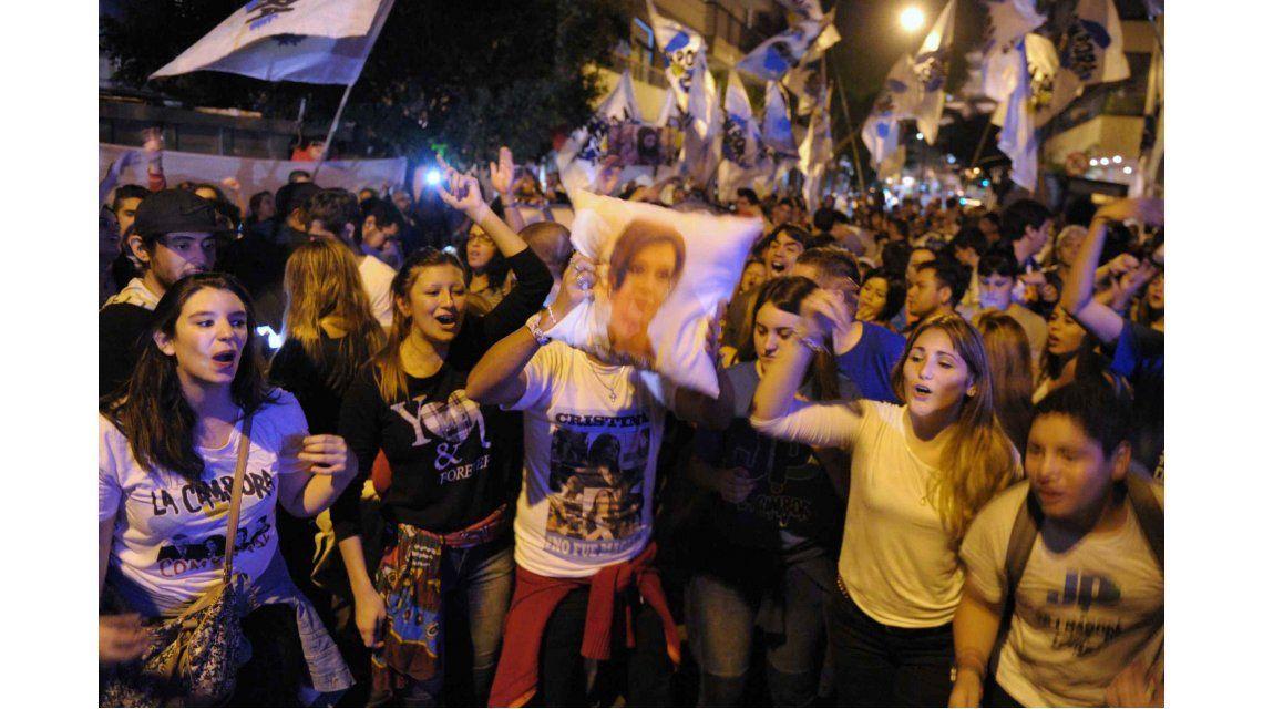 Multitudinario recibimiento de Cristina Kirchner en el Aeroparque Metropolitano