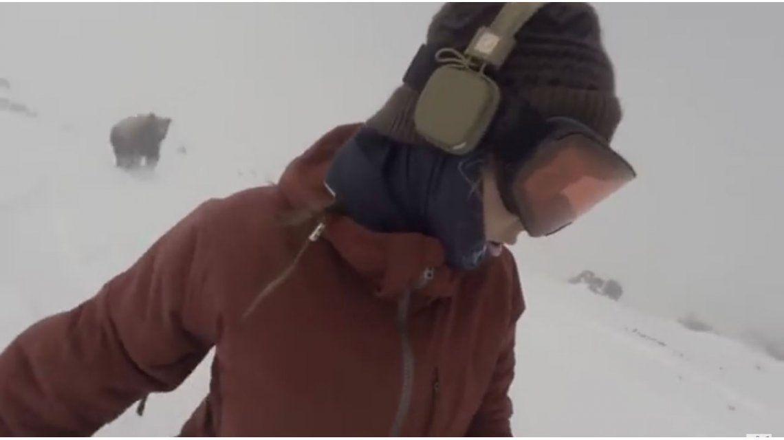 VIDEO: Hacía snowboard y escuchaba música y no se dio cuenta que un oso la perseguía