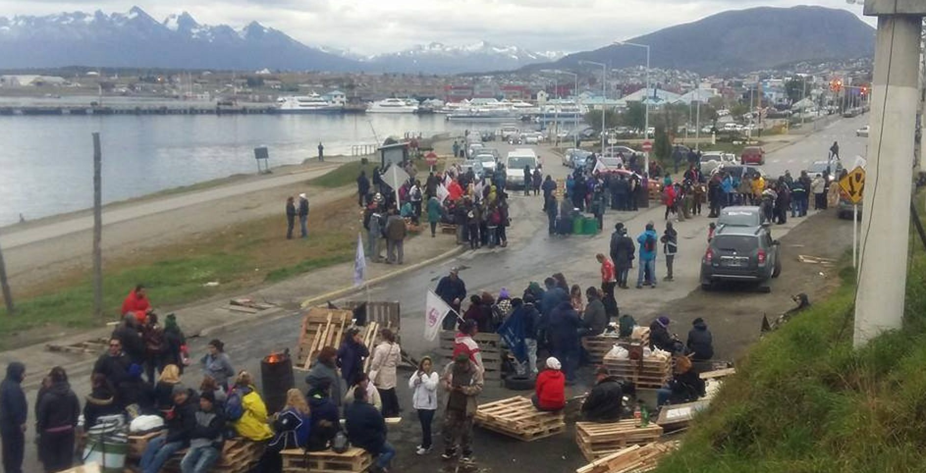 Camioneros desalojaron a la fuerza un piquete de trabajadores estatales