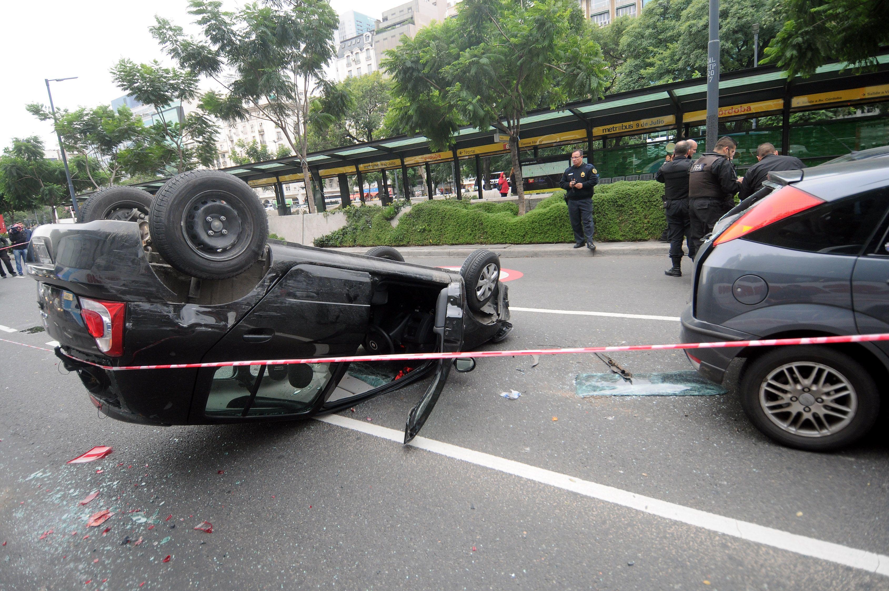 Robaron un auto, escapaban de la policía y volcaron en plena 9 de Julio