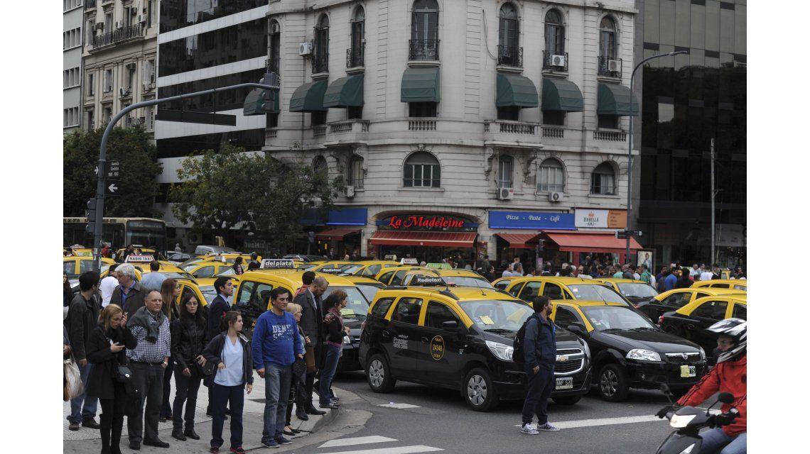 Taxis celebran: la Justicia suspendió la actividad de Uber en la Ciudad
