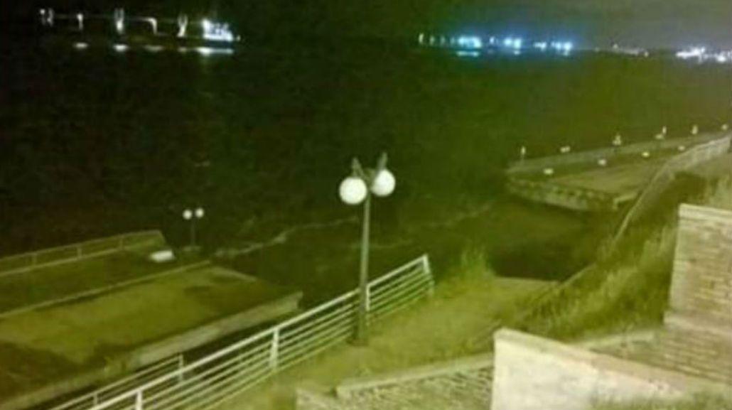 VIDEO: Así se derrumbó un paseo costero por las inundaciones