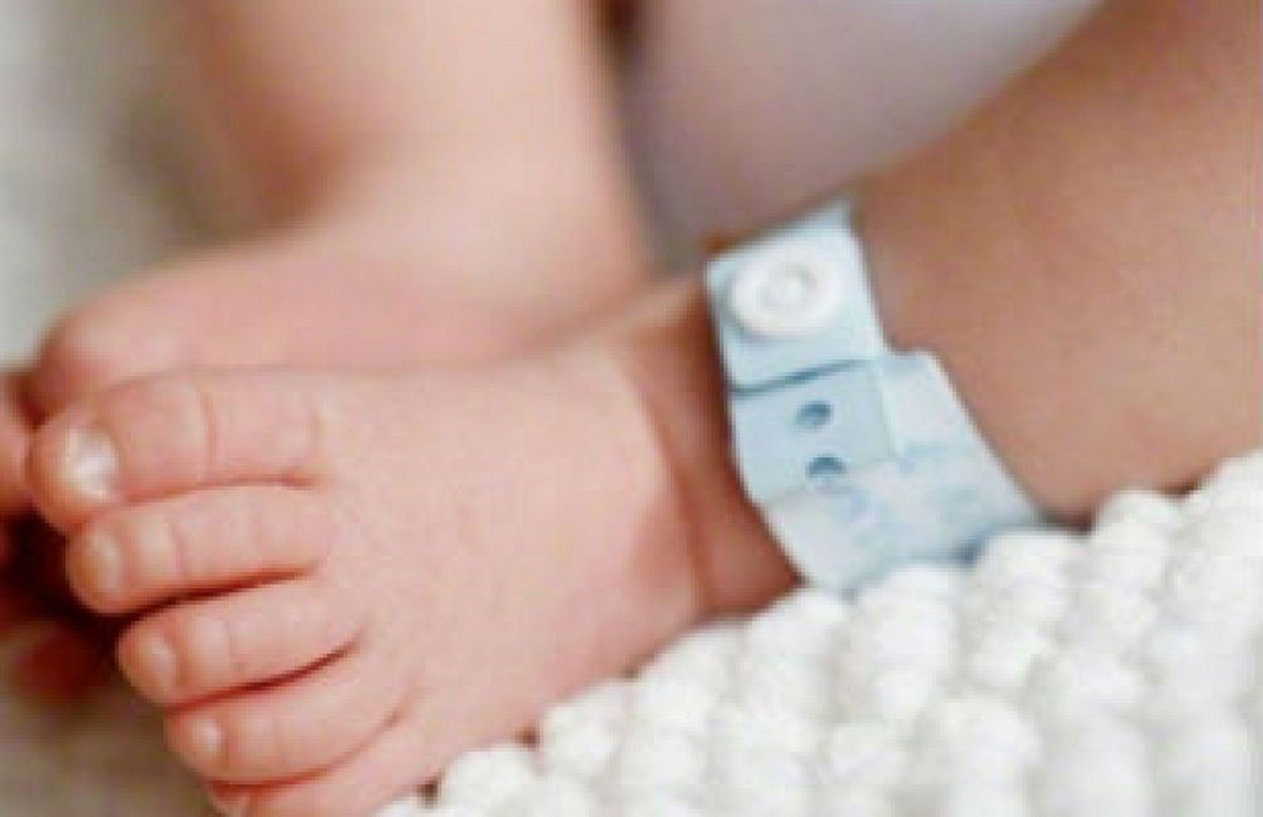 Un bebé murió de frío mientras su mamá hacía cola en el banco