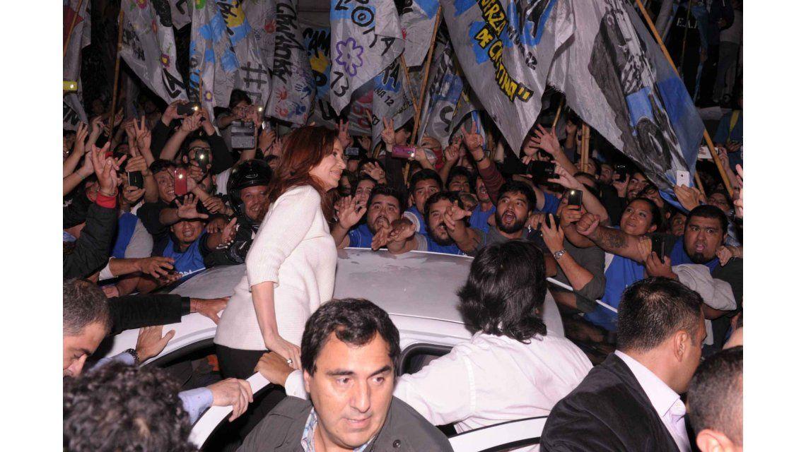 Llegó Cristina a Buenos Aires, saludó a la militancia y está en su casa de Recoleta