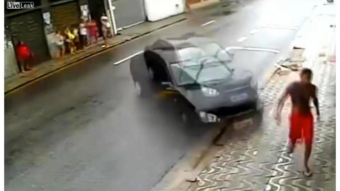 Un milagro: No lo atropelló un auto fuera de control