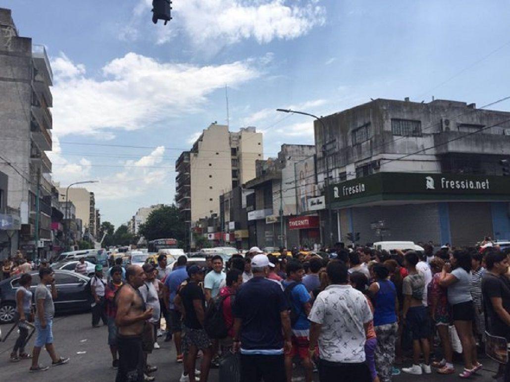 Desalojo, corte y tensión en Flores por una protesta de manteros