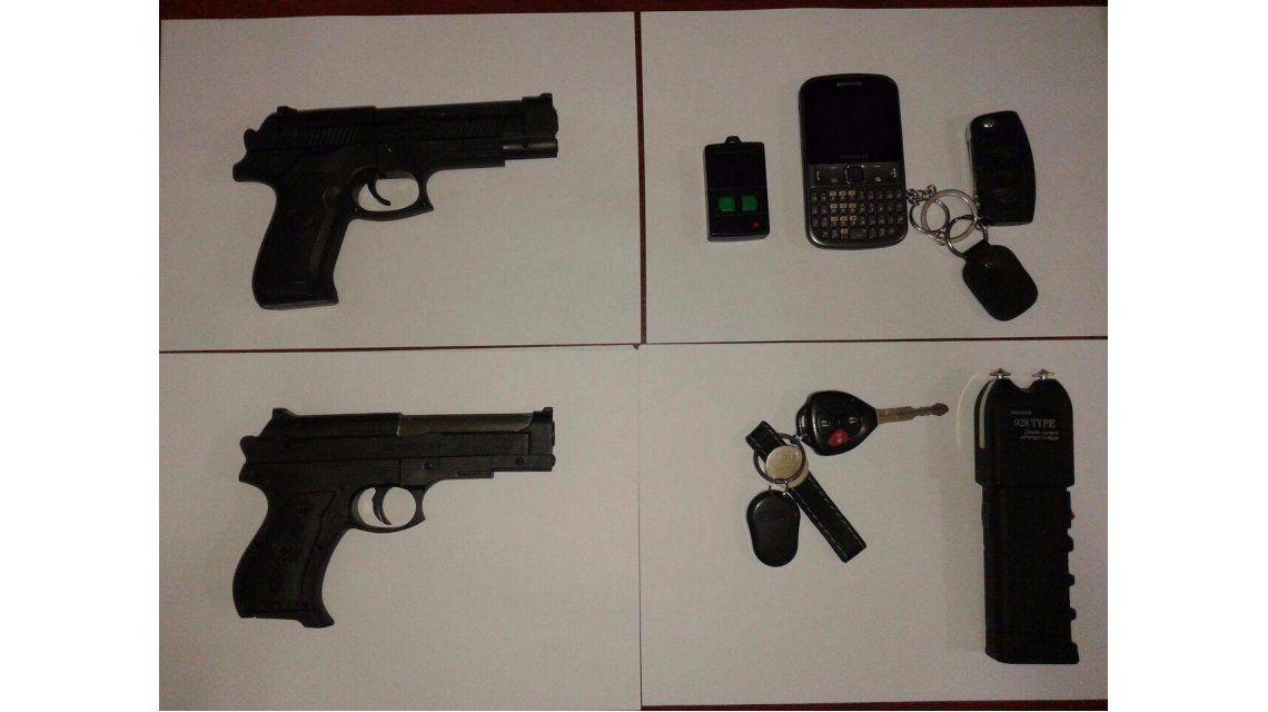 Desbaratan banda que robaba autos: 4 detenidos y una pistola Taser secuestrada