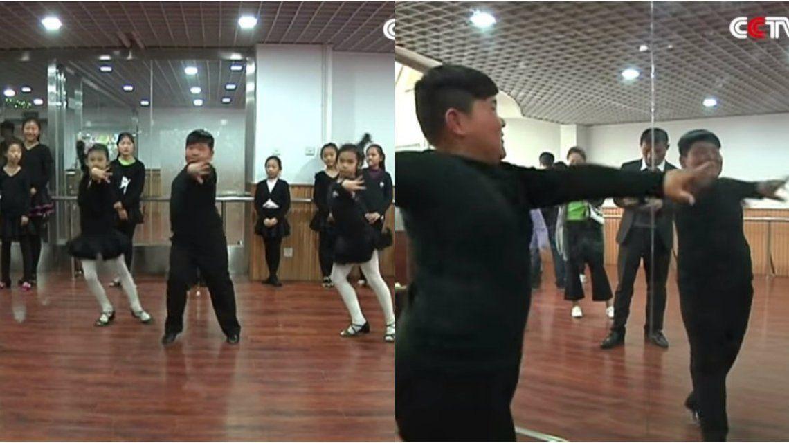 Un niño chino se convirtió en una estrella de la web con sus pasos de salsa