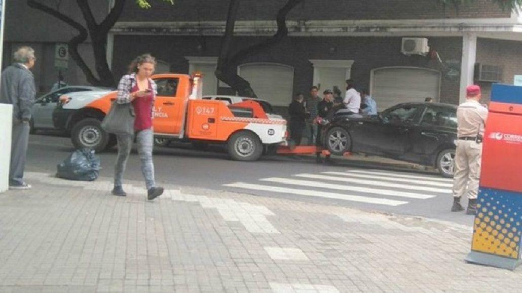 Resistió como pudo: se subió al capó para que la grúa no llevara el auto