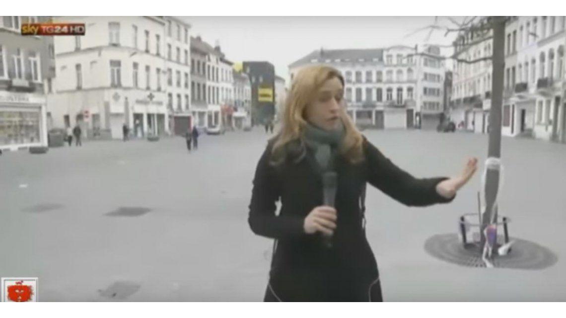 VIDEO: Joven le pega a un camarógrafo durante protestas en Molenbeek